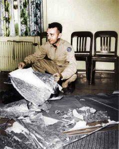Le Major Jesse Marcel dans le bureau du général Ramey, Fort Worth, Texas, 07 juillet 1947